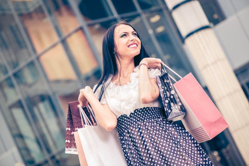 Gelukkig meisje met het winkelen zakken stock foto