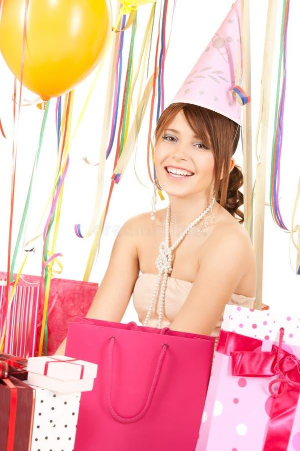 Gelukkig meisje met kleurenballons en giftzakken royalty-vrije stock foto's