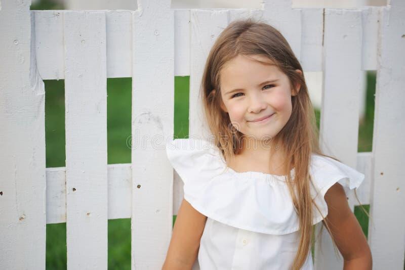 Gelukkig meisje met lang haar stock fotografie