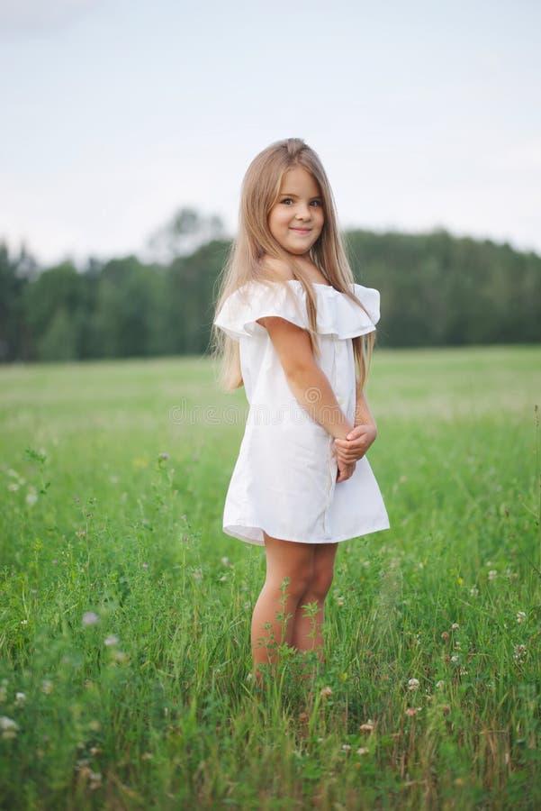 Gelukkig meisje met lang haar stock afbeeldingen