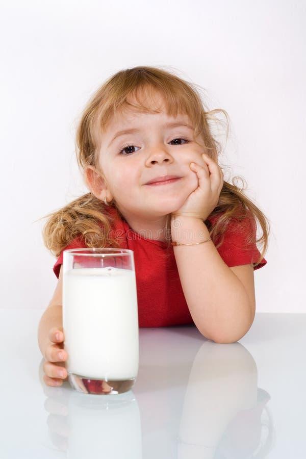Gelukkig meisje met melk royalty-vrije stock foto