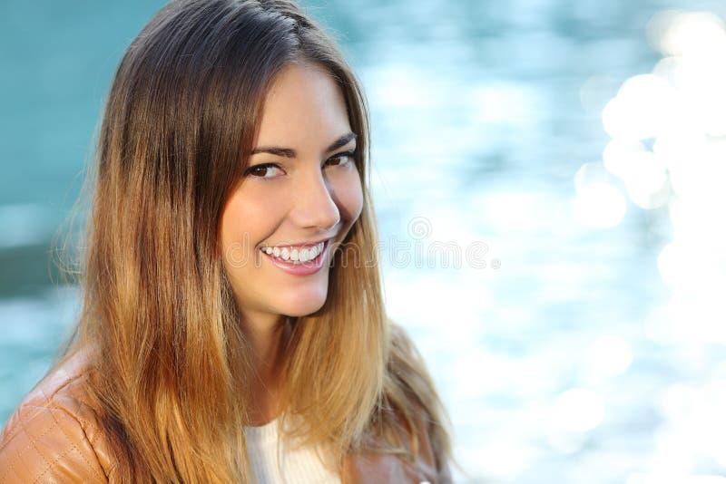 Gelukkig meisje met perfecte glimlach en witte tand op het strand royalty-vrije stock foto's