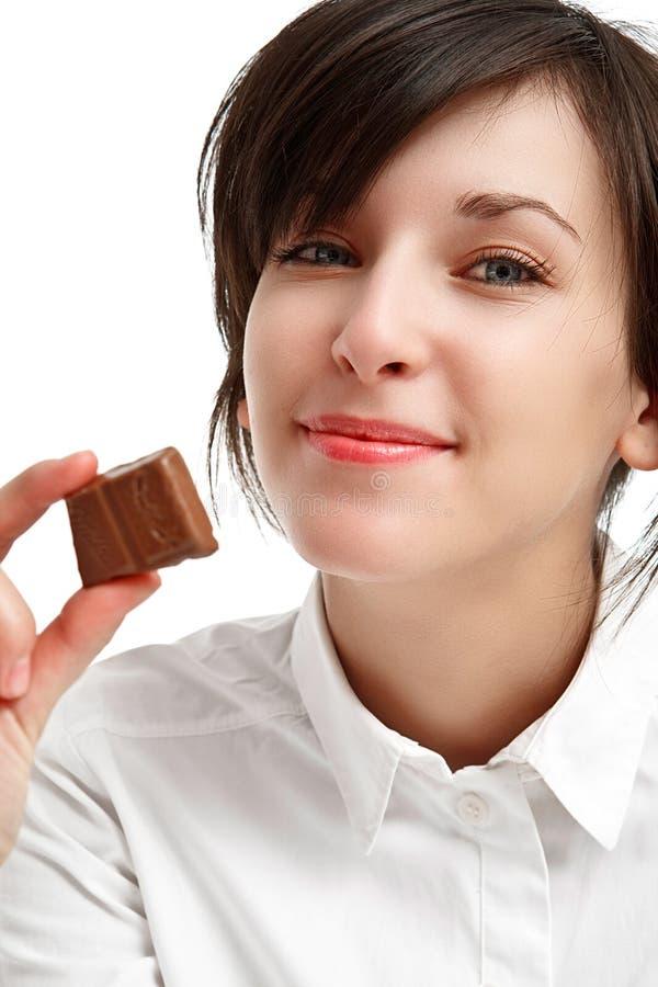 Gelukkig meisje met stuk van chocolade stock afbeelding