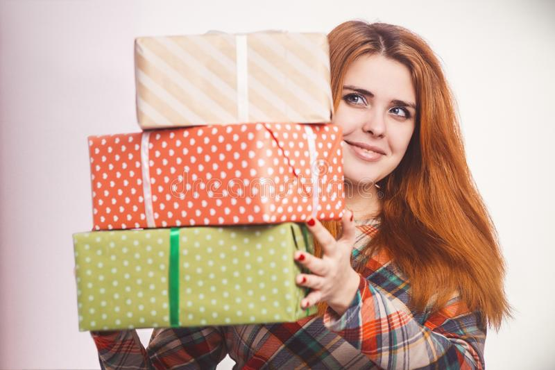 Gelukkig meisje met veel giften in handen, een jonge vrouw die die een stapel vakjes houden in decoratief document, conceptenvaka royalty-vrije stock afbeeldingen
