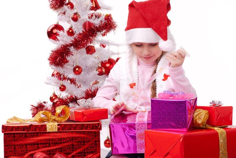 Gelukkig meisje met vele aanwezige Kerstmis stock afbeelding