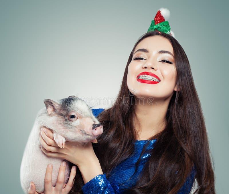 Gelukkig meisje met weinig varken Glimlach en tanden met steunen royalty-vrije stock afbeeldingen