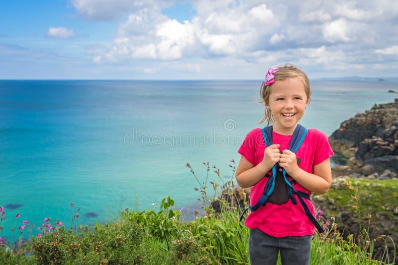 Gelukkig meisje op de kust Van Cornwall royalty-vrije stock afbeeldingen
