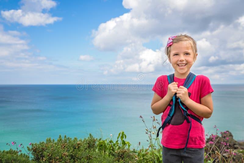Gelukkig meisje op de kust Van Cornwall royalty-vrije stock fotografie