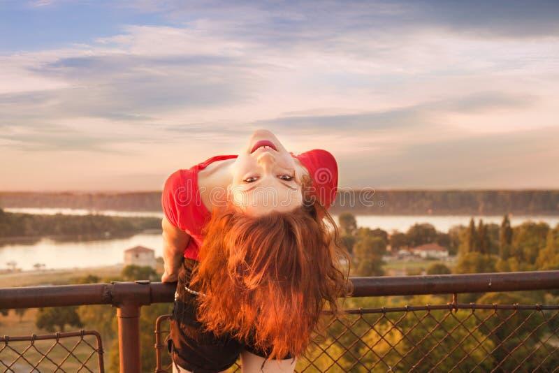 Gelukkig meisje op de zomerdag stock afbeelding