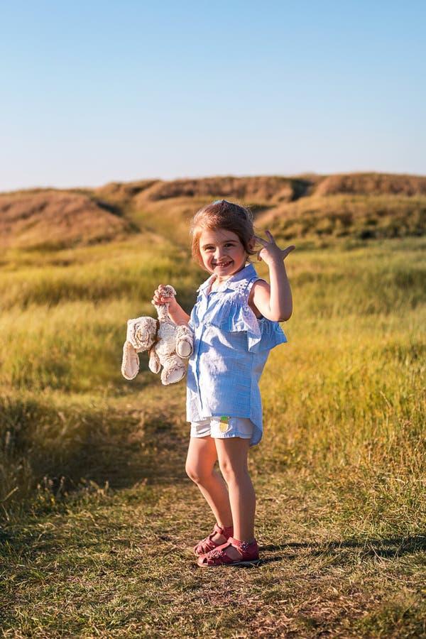 Gelukkig meisje op het de zomergebied bij zonsondergang royalty-vrije stock foto