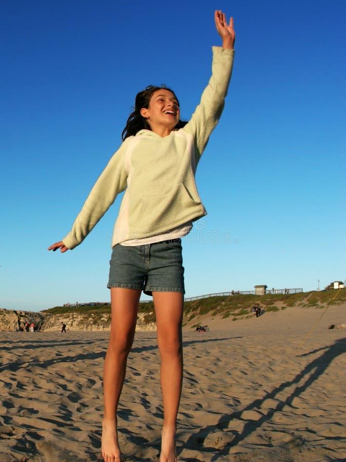 Gelukkig meisje op het strand stock afbeeldingen