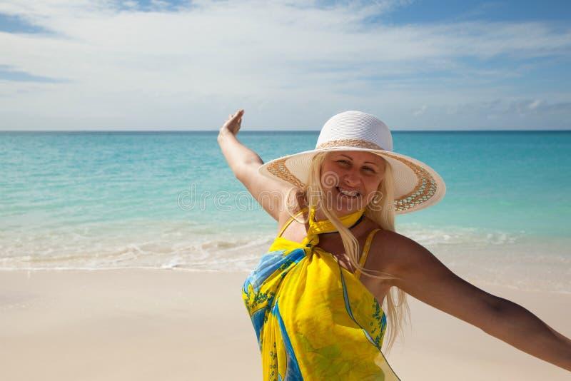 Gelukkig meisje op het strand royalty-vrije stock foto's
