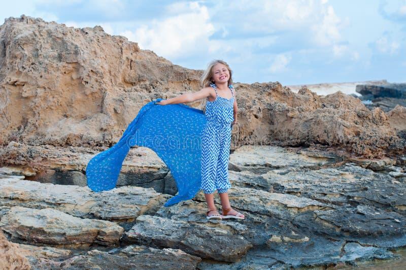 Gelukkig meisje op het strand stock foto's