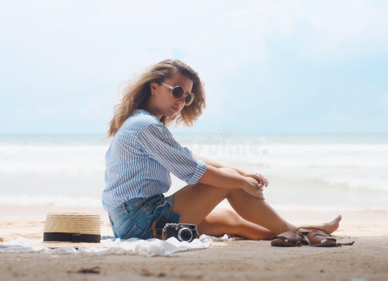 Gelukkig meisje op het strand op de achtergrond van de oceaan royalty-vrije stock afbeelding
