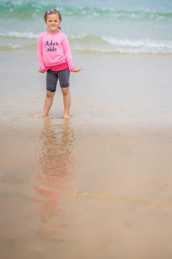 Gelukkig meisje op het strand Van Cornwall royalty-vrije stock foto's