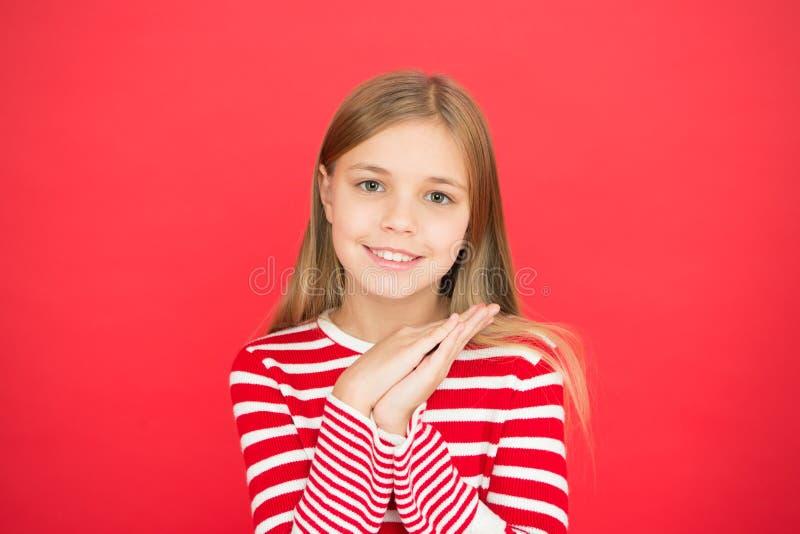 gelukkig meisje op rode achtergrond Familie en liefde De Dag van kinderen Goed ouderschap Kinderverzorging klein meisjeskind royalty-vrije stock foto's