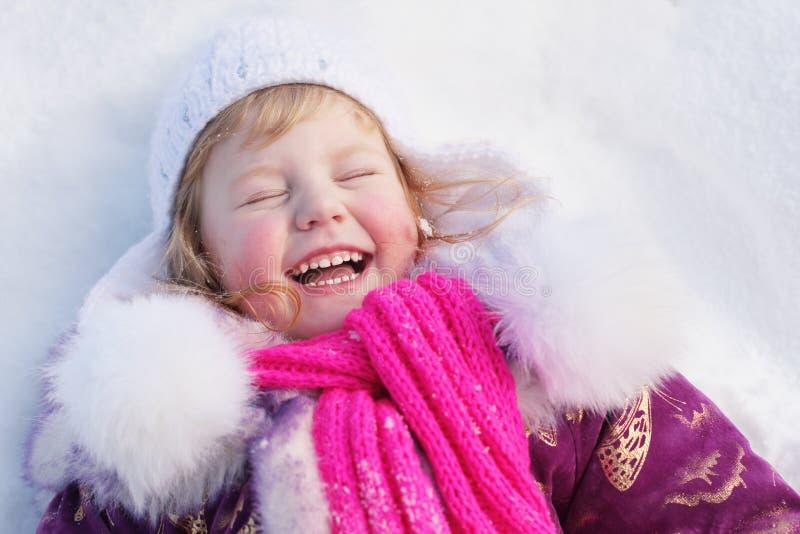 Gelukkig meisje op sneeuw stock fotografie