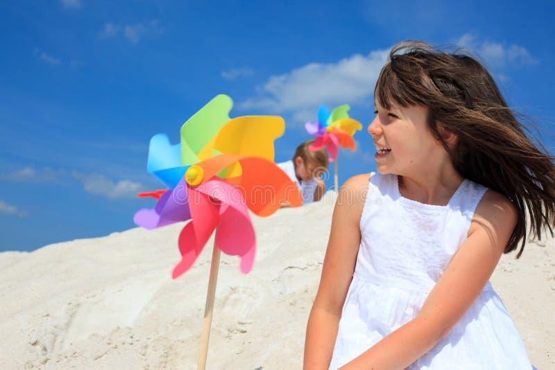 Gelukkig meisje op strand stock fotografie