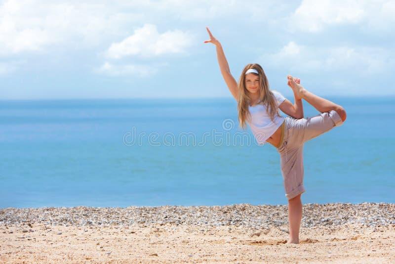 Gelukkig meisje op strand royalty-vrije stock foto