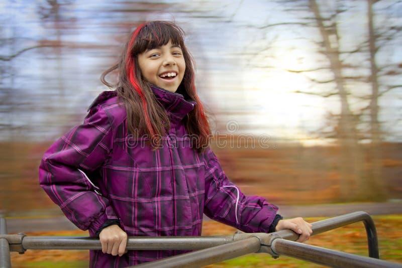 Gelukkig meisje op vrolijk-gaan-rond royalty-vrije stock afbeeldingen