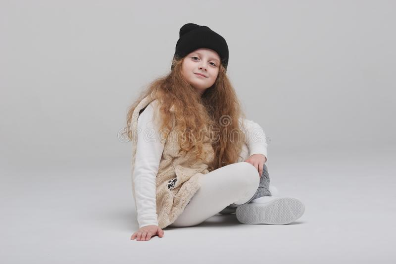 Gelukkig meisje portirait op witte achtergrond royalty-vrije stock foto