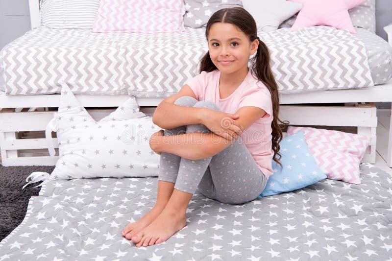 Gelukkig meisje Schoonheid en manier Kinderjarengeluk klein meisjeskind met perfect haar Internationale kinderen stock fotografie