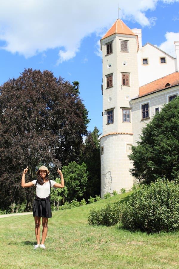 Gelukkig meisje voor toren van kasteel in Telc royalty-vrije stock fotografie