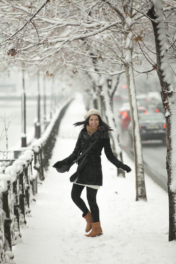 Gelukkig meisje in wintertijd royalty-vrije stock foto