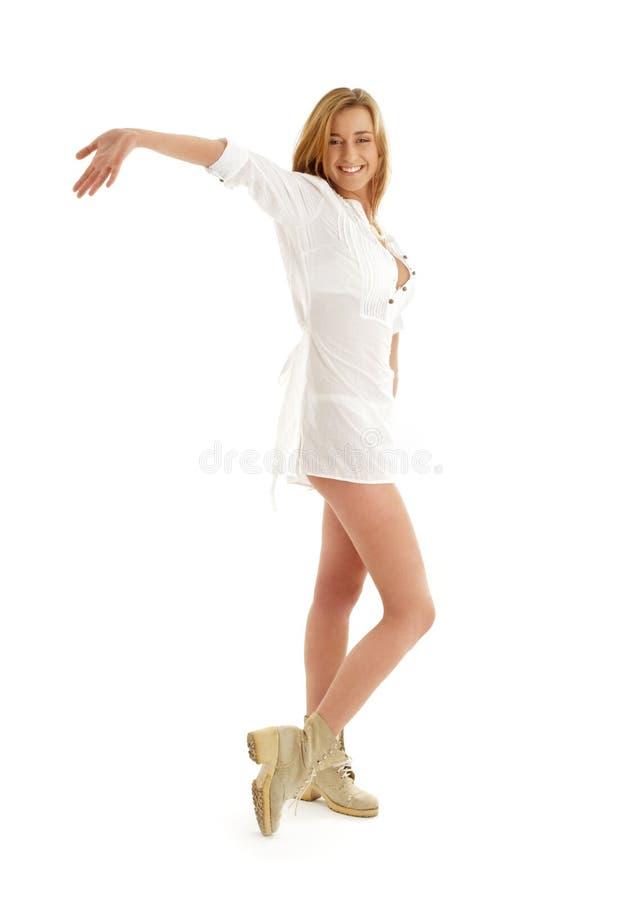 Gelukkig meisje in witte kleding en royalty-vrije stock foto's