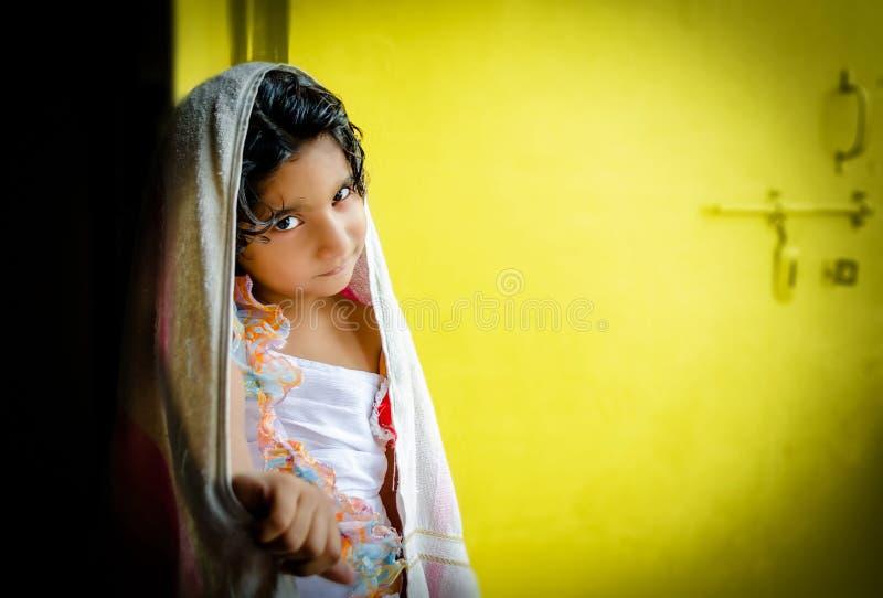 Gelukkig meisjeskind die zich met badhanddoek bevinden stock afbeelding