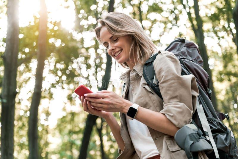 Gelukkig meisjesoverseinen op mobiele telefoon tijdens reis stock fotografie