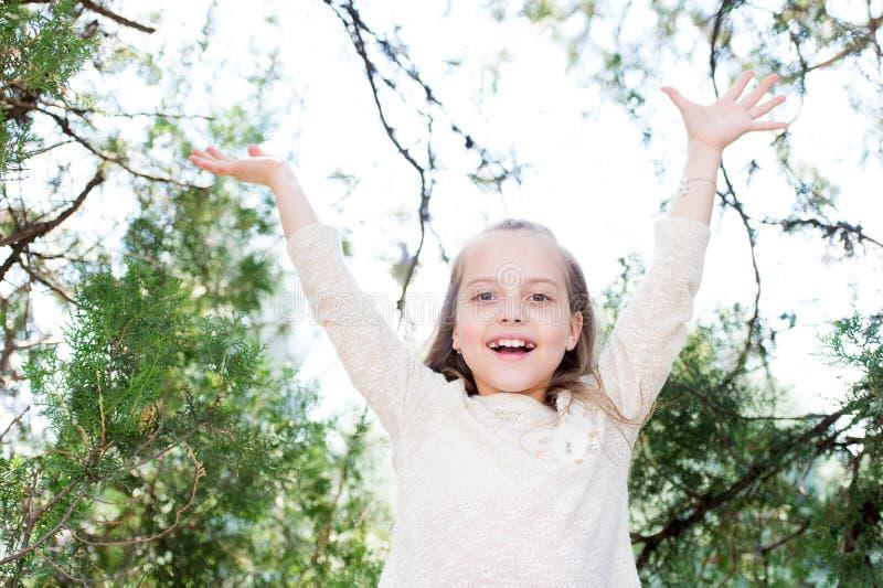 Gelukkig meisjesspel op verse lucht openlucht Weinig kindglimlach in de zomerpark Het manierjonge geitje heeft pret op aard De va royalty-vrije stock afbeelding