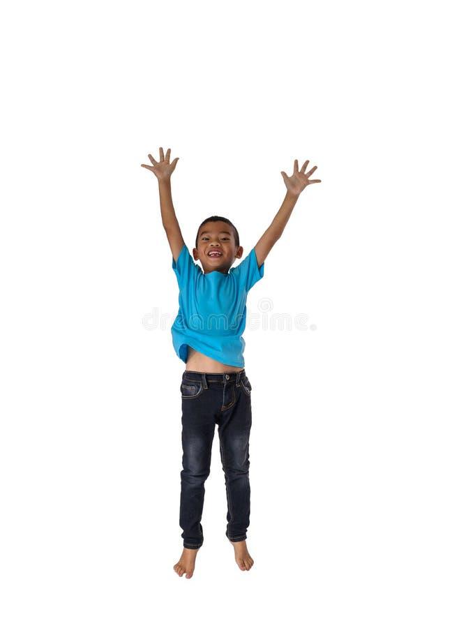 Gelukkig mensenconcept weinig Aziatische jongen die in luchtgeluk springen, royalty-vrije stock fotografie