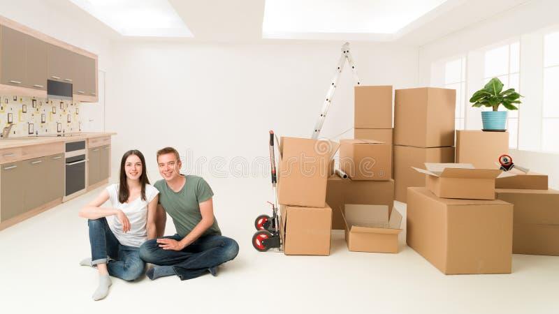 Gelukkig met hun nieuw huis stock foto's