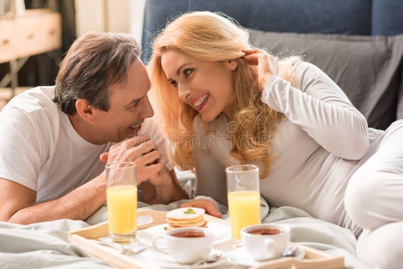 Gelukkig midden oud paar die ontbijt hebben samen royalty-vrije stock afbeelding