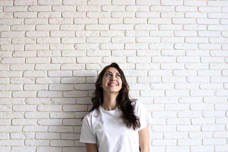 Gelukkig millennial meisje die pret hebben binnen Portret van jonge vrouw met diastemahiaat tussen tanden Mooie glimlach Minimali stock afbeeldingen