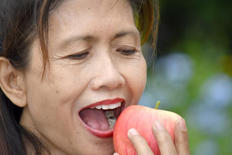 Gelukkig Minderheids Volwassen Wijfje die Fruit eten royalty-vrije stock foto