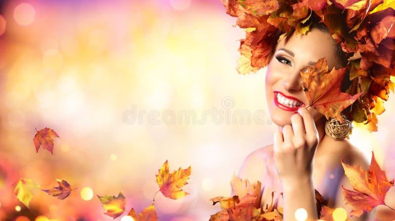 Gelukkig Modelwoman in autumn stock afbeelding