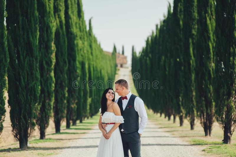 Gelukkig modieus glimlachend paar die en in Toscanië, Ita lopen kussen royalty-vrije stock fotografie