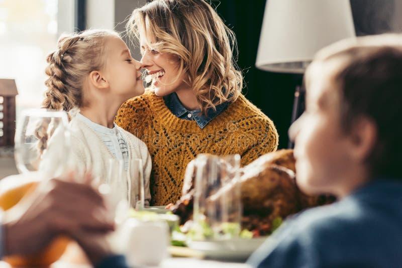 gelukkig moeder en dochter geknuffel bij dankzegging royalty-vrije stock fotografie
