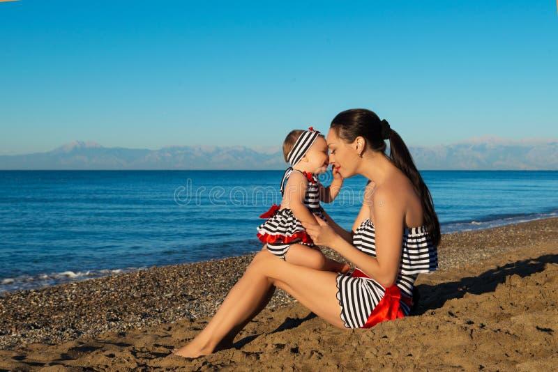 Gelukkig moeder en dochterportret Familievakantie door het overzees royalty-vrije stock foto