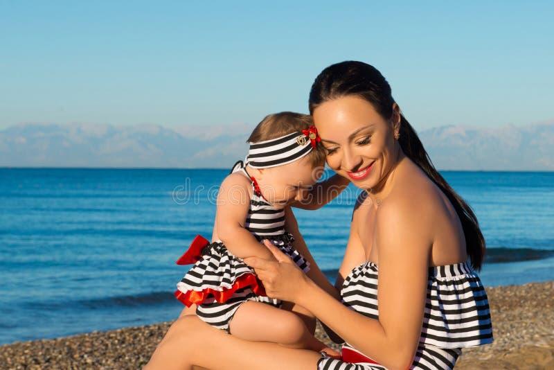 Gelukkig moeder en dochterportret Familievakantie door het overzees royalty-vrije stock fotografie