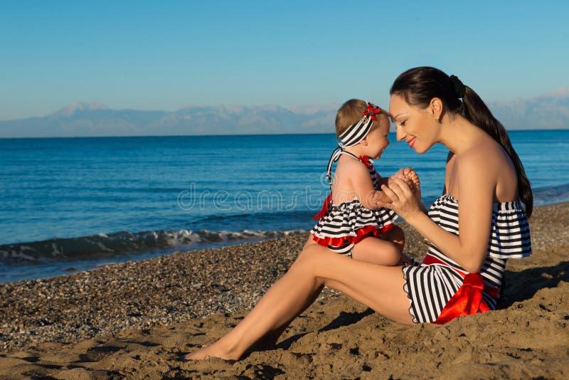 Gelukkig moeder en dochterportret Familievakantie door het overzees royalty-vrije stock afbeelding
