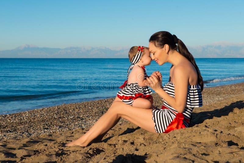Gelukkig moeder en dochterportret Familievakantie door het overzees stock afbeeldingen