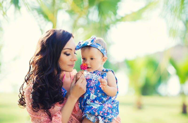 Gelukkig moeder en dochterportret Familievakantie door het overzees stock afbeelding
