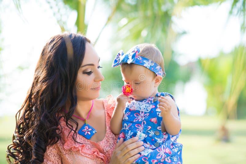 Gelukkig moeder en dochterportret Familievakantie door het overzees stock foto