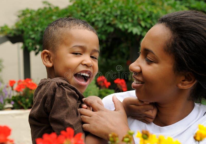 Gelukkig Moeder en Kind stock afbeelding