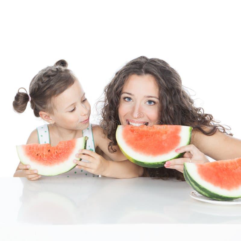 Gelukkig moeder en meisje met watermeloen royalty-vrije stock foto's