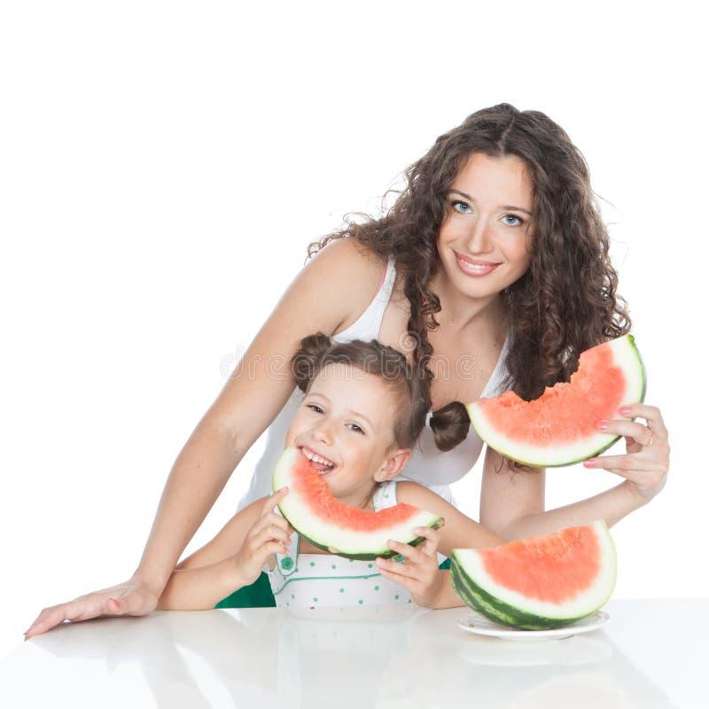 Gelukkig moeder en meisje met watermeloen royalty-vrije stock afbeeldingen