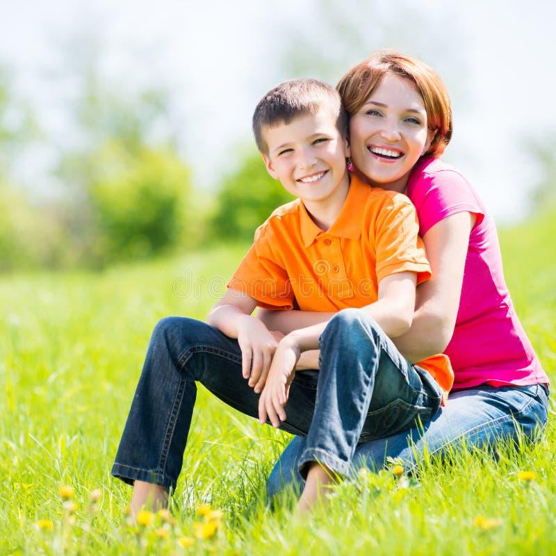 Gelukkig moeder en zoons openluchtportret royalty-vrije stock fotografie